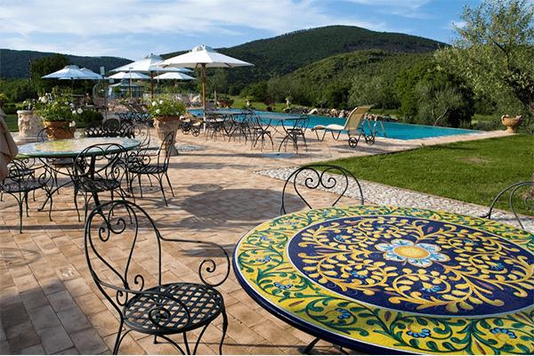 Gli esterni tenuta del gallo Agriturismo in Umbria con piscina e ristorante